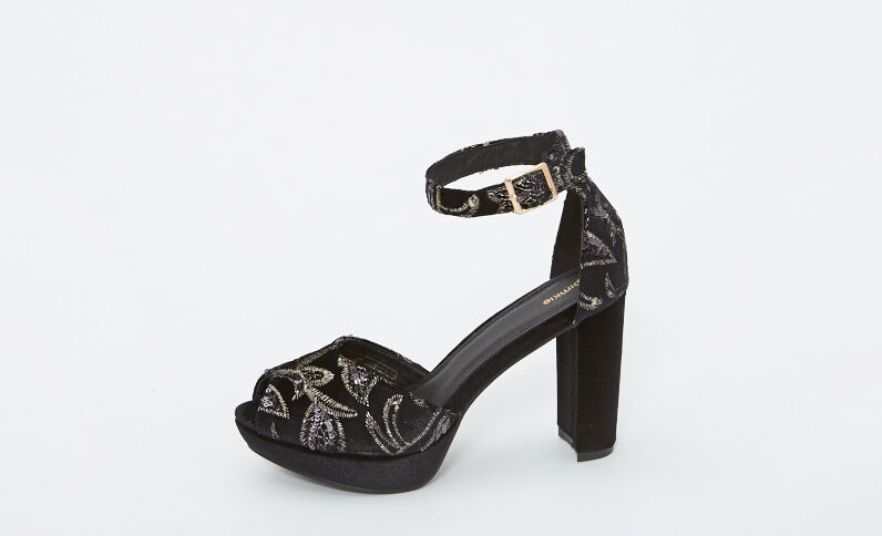 Sandali con plateau ricamati nero
