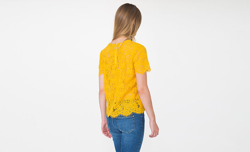 T-shirt in pizzo giallo