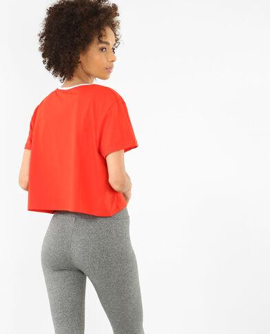 T-shirt corta con messaggio rosso