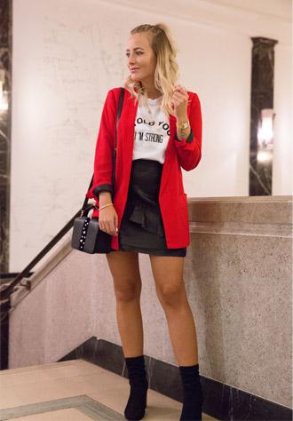 PIMKIE Blazer in crêpe, T-shirt stampata, Minigonna in similpelle nera, Boots con tacchi alti, Piccola borsa con perle