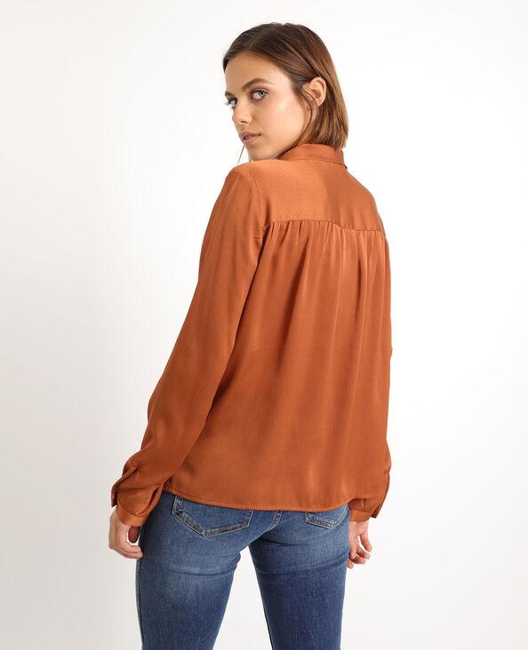 Camicia con fiocco. marrone