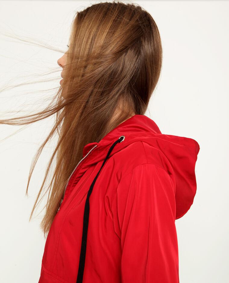 Giacca a vento con cappuccio rosso
