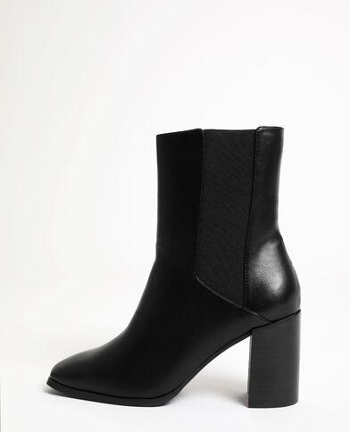 Stivali con tacchi alti. nero