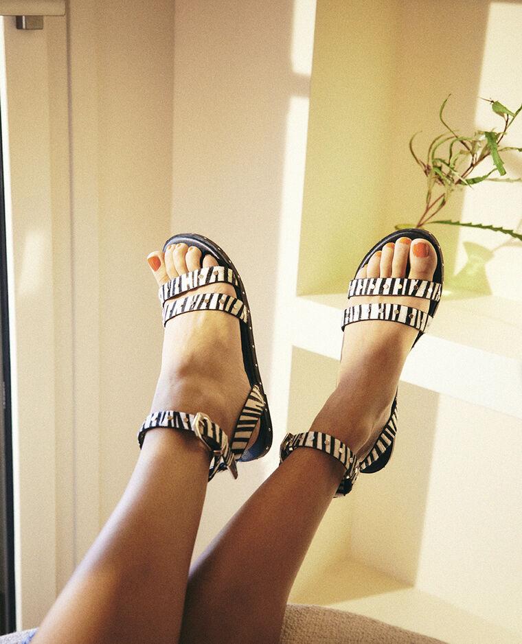 Sandali zebrati con borchie caramello - Pimkie