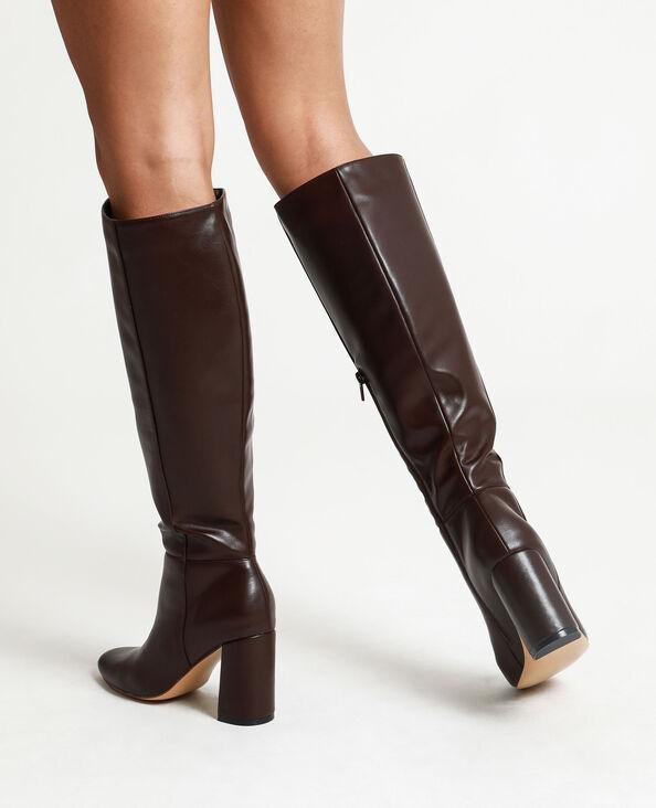 Stivali con tacchi alti. marrone